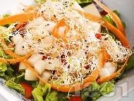 Зелена салата с марули, авокадо, домати, моркови и кълнове